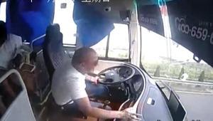 شاهد الفوضى من داخل حافلة تدهورت إثر اصطدام سيارة بها