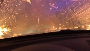 شاهد.. فيديو درامي يظهر سيارة شرطة وهي تسير وسط حرائق كاليفورنيا الشمالية