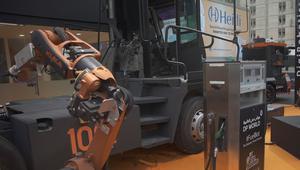شاحنات ذاتية القيادة ومحطات تعبئة وقود روبوتية في دبي