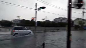 إعصار لان يضرب اليابان.. شاهد الدمار