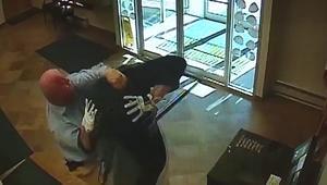شاهد.. رجل في الـ63 يطيح بمشتبه حاول سرقة بنك