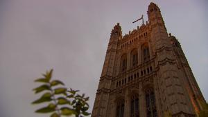 سلسلة فضائح تهز الحكومة البريطانية.. والعثور على مسؤول ميت بشقته