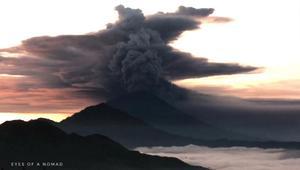 شاهد مدى ثوران بركان جزيرة بالي.. آلاف المسافرين عالقون