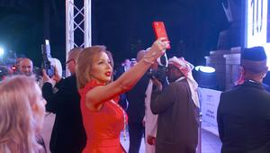 نجوم السينما العربية والعالمية يتألقون على سجادة دبي الحمراء