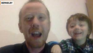شاهد.. طفل يقاطع مقابلة والده على الهواء مباشرة