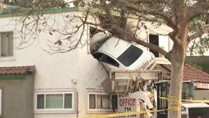 شاهد.. سيارة تحلق وتستقر في الطابق الثاني لعيادة أسنان