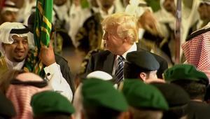 من أداء العرضة بالسعودية إلى تربيت يد ماي.. شاهد أبرز لحظات ترامب الدولية