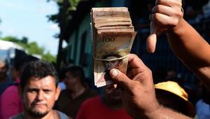 تضخم 4000 بالمائة وعملة فقدت 98 بالمائة من قيمتها بعام.. اقتصاد فنزويلا على حافة الانهيار