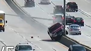 شاهد.. سائق مركبة يفقد السيطرة ويقتلع عواميد إنارة ضخمة من الشارع