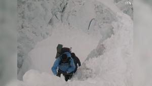 عادةً ما يصل المتسلقون في أبريل/ نيسان للتكيف مع المرتفعات، قبل التوجه نحو القمة الأعلى في العالم