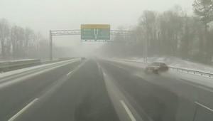 سيارة تنزلق عن مسارها