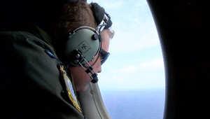 أحد أعضاء فرق البحث عن الطائرة الماليزية