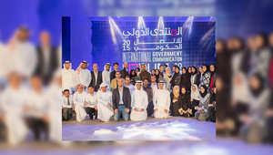 رئيس مركز الشارقة الإعلامي وعدد من موظفي المركز خلال حفل تكريم اللجان المنظمة للمنتدى الدولي للاتصال الحكومي