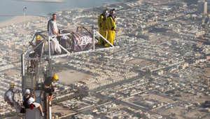 دبي تحقق الرقم القياسي العالمي بالقفز من برج خليفة الأعلى في العالم