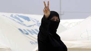 لاجئة سورية ترفع شارة النصر في مخيم الزعتري
