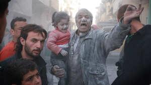 أحد سكان حي الصاخور بحلب بعد تعرضه لغارة من من طائرات القوات الحكومية