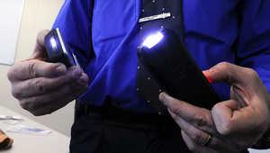 استخدم جهاز الصعق الكهربائي لشل حركة الطفلة