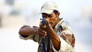 أحد عناصر مليشيات مقتدى الصدر يتلقى تدريبات عسكرية