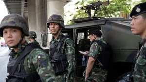 """تايلاند: الحكومة تصف الوضع بـ""""نصف انقلاب"""" والجيش ينتشر بالشوارع"""
