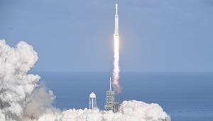 """""""سبيس إكس"""" تنجح بإطلاق أقوى صاروخ في العالم.. """"فالكون هيفي"""""""