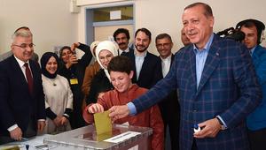 أردوغان يدلي بصوته والقضاء يلاحق مسؤولين أمريكيين بتهمة الانقلاب