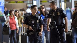 مطار لوس أنجلوس يعود للعمل بعد موجة ذعر دفعت الركاب إلى المدارج