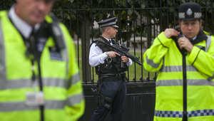أحد عناصر الأمن البريطاني يحمل بندقيته في عملية حراسة سابقة بلندن