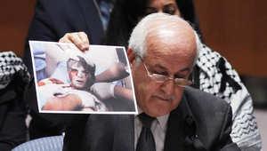 المراقب الدائم لدولة فلسطين رياض منصور يعرض الصور أمام أعضاء مجلس الأمن