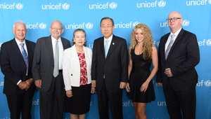 شاكيرا والأمين العام للأمم المتحدة بان كي مون ومجموعة من مسؤولي المنظمة الدولية