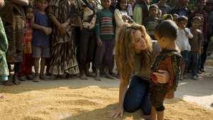 شاكيرا تحتضن طفلا بنغاليا في إحدى القرى