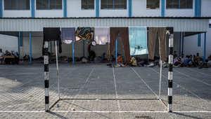 عائلات فلسطينية تفترش الأرض داخل إحدى مدارس الأونروا في غزة