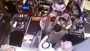 فيديو جديد يظهر جدال رجال هيئة الأمر بالمعروف والنهي عن المنكر بالسعودية مع المواطن البريطاني داخل أحد المتاجر