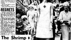 """كيف غير """"الفستان القصير"""" لعارضة الأزياء في الصورة تاريخ إحدى سباقات الخيول الأكثر شهرة في العالم؟"""