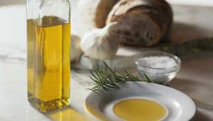 زيت الزيتون.. علاج لذيذ لأخطر الأمراض
