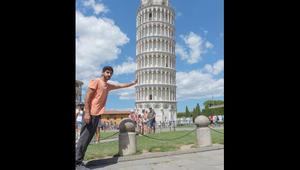 """الشيخ حمدان """"يسند"""" برج بيزا الايطالي بيد واحدة"""