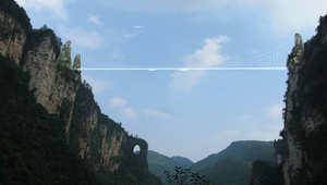 هل تحلم بالمشي بين السحاب؟ ألقِ نظرة أولى على أطول وأعلى جسر زجاجي في العالم