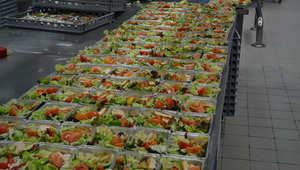 """تفضلوا إلى داخل """"مصنع"""" الطعام لأحد أفخم خطوط الطيران في العالم"""