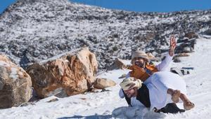 الإماراتيون يحتفلون بالثلوج عقب انخفاض حاد بالحرارة
