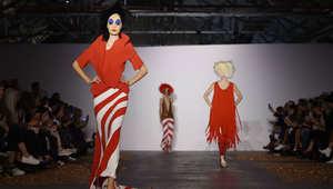 نساء يخرجن من الجدار وأخريات يمشين على السقف..هذه أغرب الأزياء في أسبوع لندن للموضة