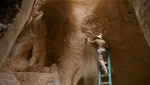 """فنان يحفر مغارات في قلب الجبال ويزخرفها بـ""""أشعة الشمس""""..في أمريكا"""