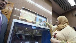 مصرية تدلي بصوتها بالقنصلية المصرية بإمارة دبي
