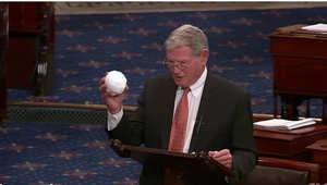 السيناتور الجمهوري جيمس إينهوف يستشهد بكرة ثلج لنفي زيادة سخونة الأرض