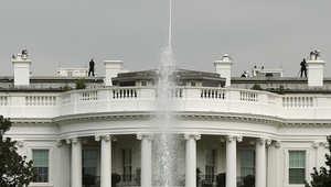 اعتقال أمريكي بحوزته سلاح وذخائر قرب البيت الأبيض بعد حوار غريب مع الشرطة