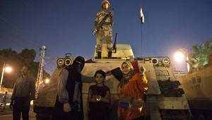 محجبات أمام دبابة مصرية
