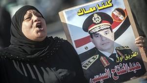 سيدة مصرية تحمل صورة عبد الفتاح السيسي
