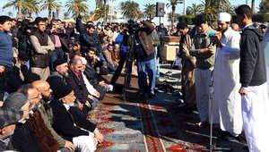 """بالصور: المئات يشاركون بدفن """"أبوأنس الليبي"""" وطرابلس تطالب أمريكا بكشف ملابسات وفاته"""