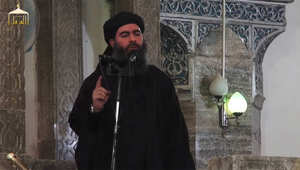 أبو بكر البغدادي يلقي خطبة الجمعة في الموصل، كما ظهر في المقطع المصور