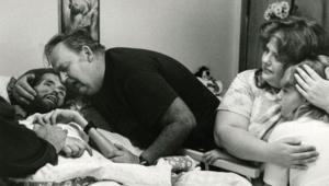 الصورة التي نشرت عام 1990 وأصبحت تعدّ رمزا لوباء الإيدز ويظهر فيها المريض ديفيد كيربي وهو يلفظ أنفاسه الأخيرة وسط عائلته وأحبائه بعد صراع مع الإيدز
