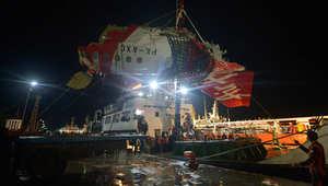 """كارثة """"طيران آسيا 8501"""".. العثور على الجزء الأكبر من جسم الطائرة في قاع البحر"""