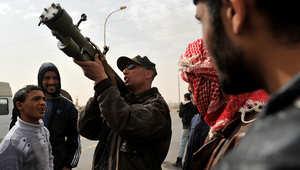 جندي ليبي يشرح كيفية استخدام صاروخ مضاد للطائرات خلال الثورة الليبية